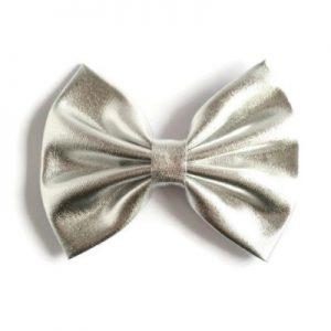 handgemaakte haarstrik van zilverkleurige metallic stof voor een feestelijk accent in je haar