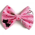 handgemaakte en gevoerde strik van roze katoen met zwarte en witte katjes en hartjes
