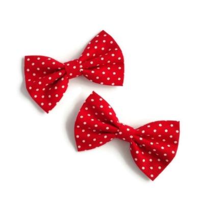 set van twee handgemaakte haarstrikjes van rode katoen met kleine witte stipjes
