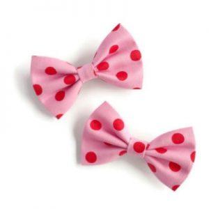 set van twee handgemaakte kleine strikjes 7cm van roze katoen met rode stippen polkadots