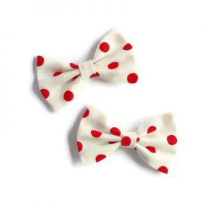 set van twee kleine strikken van witte katoen met rode polkadots