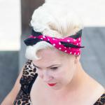 handgemaakte brede bandana in hot pink polkadots met effen zwart